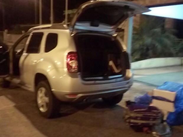 Droga foi encontrada dentro do veículo em Agudos (Foto: Polícia Rodoviária / Divulgação)