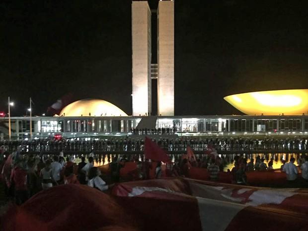 Manifestantes em frente ao Congresso Nacional (Foto: Alexandre Bastos/G1)