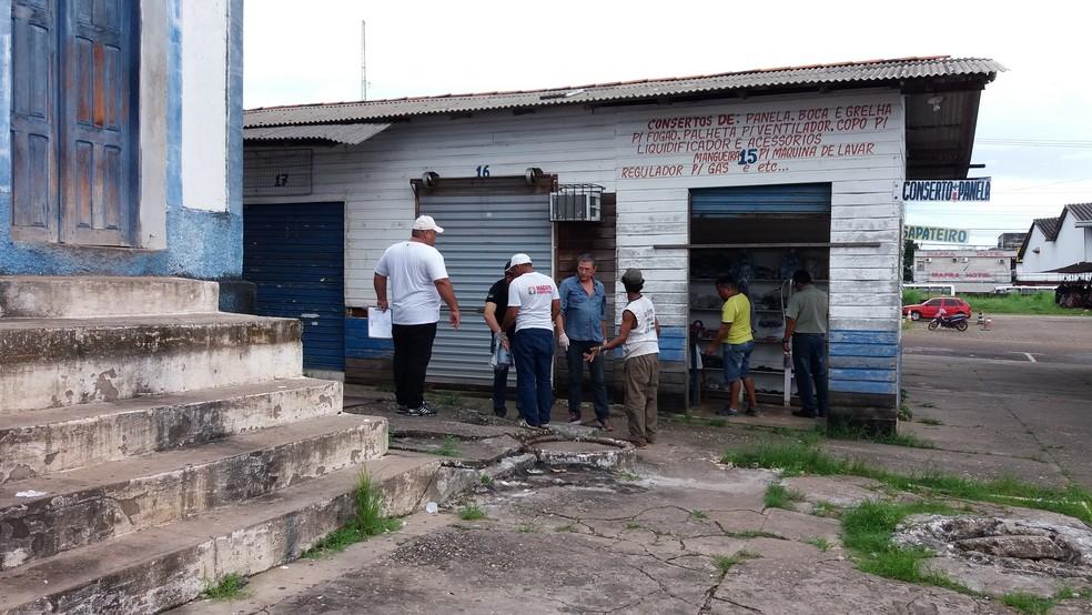 -  Ação de desratização vai acontecer nas 14 feiras de Macapá. No boxe de Dinei Vaz existem duas fossas na frente  Foto: Rita Torrinha/G1