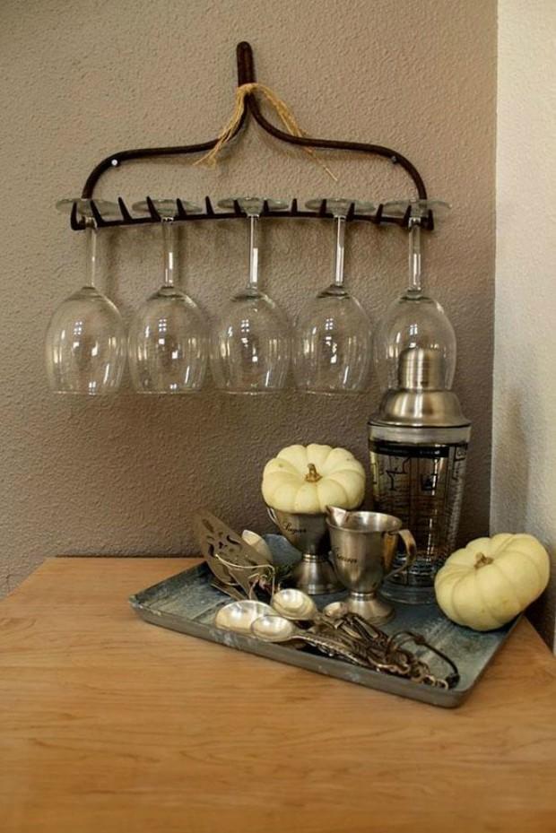 Reutilize o ancinho, que você usa no jardim, e crie um suporte para as taças de vinho (Foto: Pinterest/Reprodução)