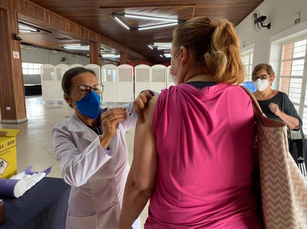 Sorocaba aplica 2ª dose da AstraZeneca em pessoas a partir de 18 anos com comorbidades, profissionais da saúde e do transporte— Foto: Prefeitura de Sorocaba/Divulgação