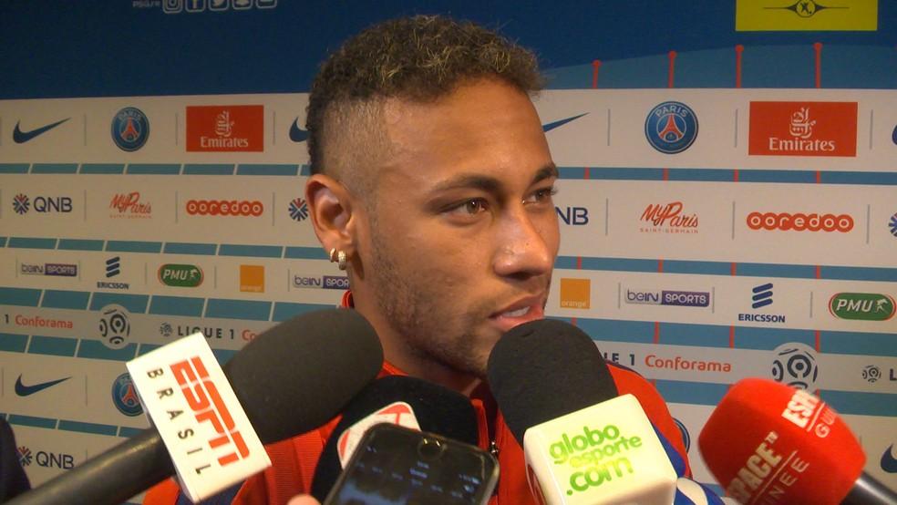 Neymar conversa com a imprensa após dar show pelo PSG (Foto: Ivan Raupp)