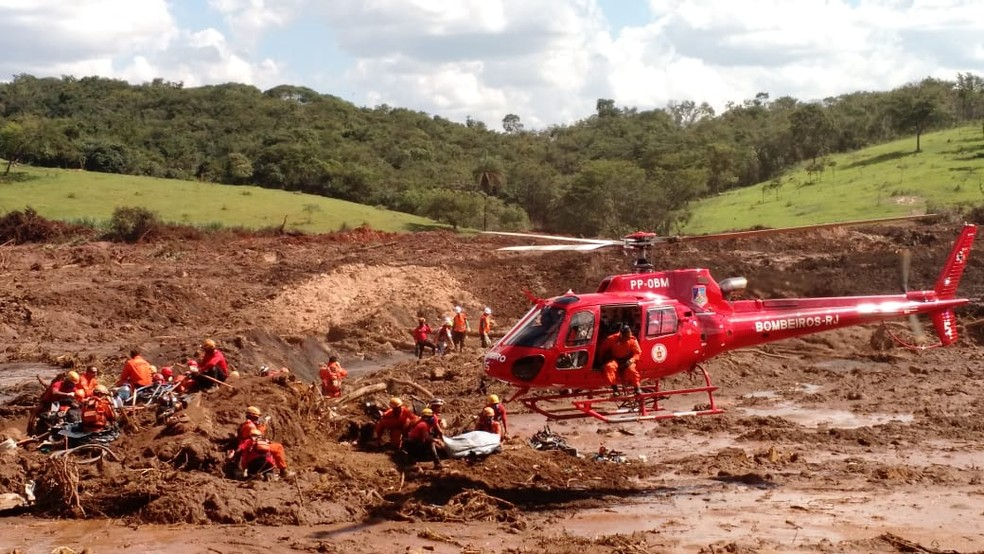 Momento da retirada do primeiro corpo do segundo ônibus encontrado. — Foto: Elton Lopes/TV Globo