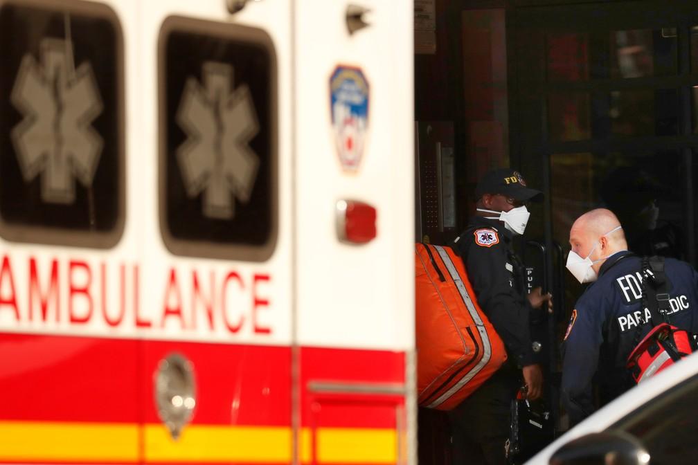 Profissionais de saúde socorrem mulher com dificuldades de respirar, um dos sintomas da Covid-19, em Nova York (EUA) — Foto: Lucas Jackson/Reuters
