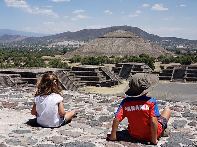 Mateus e Sofia em Teotihuacan, México / worldschooling (Foto: Mateus e Sofia em Teotihuacan, México / worldschooling (Foto: Arquivo pessoal))