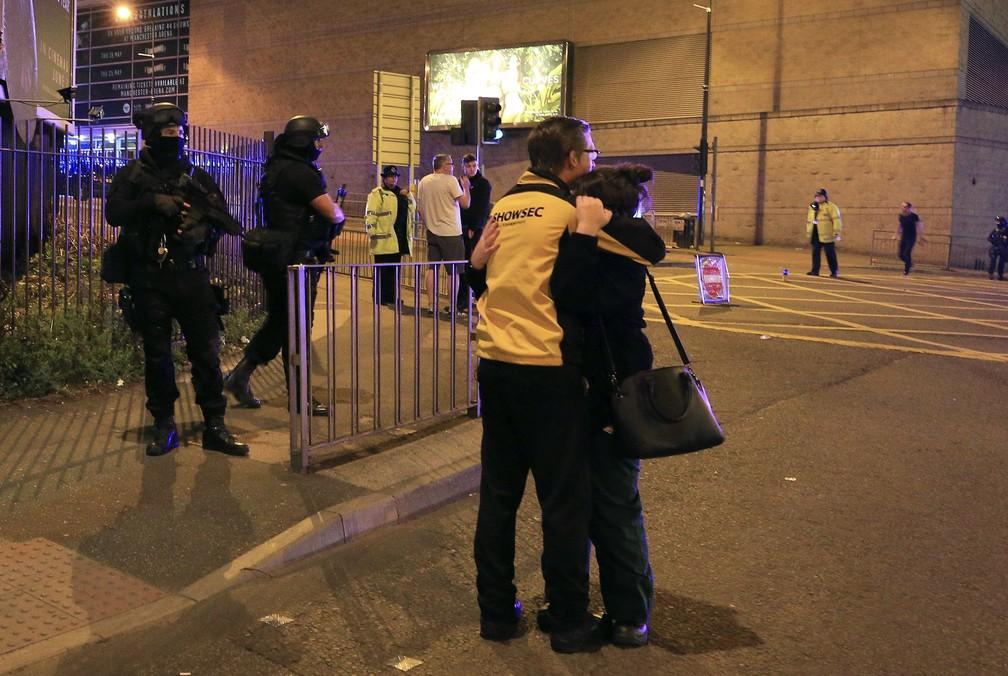 Policiais diante da Manchester Arena (Foto: Pter Byrne/AP)