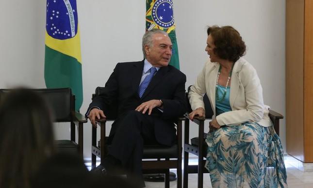 O presidente Mihcel Temer e a secretária de Políticas para as Mulheres, Fátima Pelaes, em cerimônia de assinatura do decreto que instituiu o programa Rede Brasil Mulher