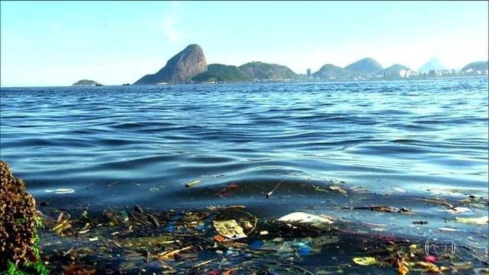 Pesquisadores medem o volume de lixo descartado nos rios e no mar — Foto: Reprodução/JN