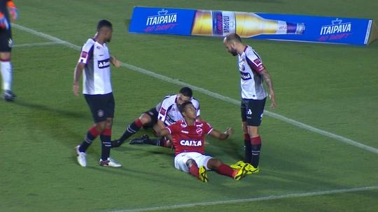 Após escanteio, Diego Giaretta cabeceia, e Marcelo Pitol faz grande defesa aos 30' do 2T