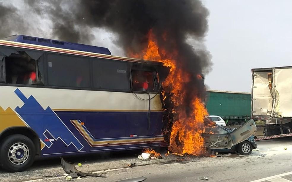 Acidente na via Dutra deixou mortos em São José — Foto: Divulgação/Polícia Rodoviária Federal