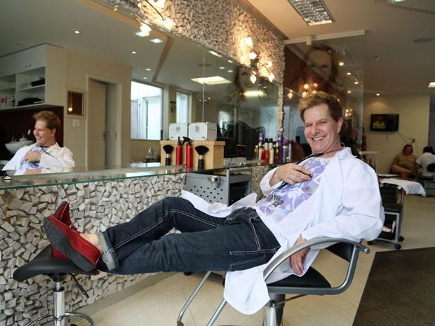 Claudio Tacetti Filho, de 55 anos, foi biomédico e agora é proprietário de um salão onde trabalha como cabeleireiro e maquiador (Foto: Raul Zito/ G1)