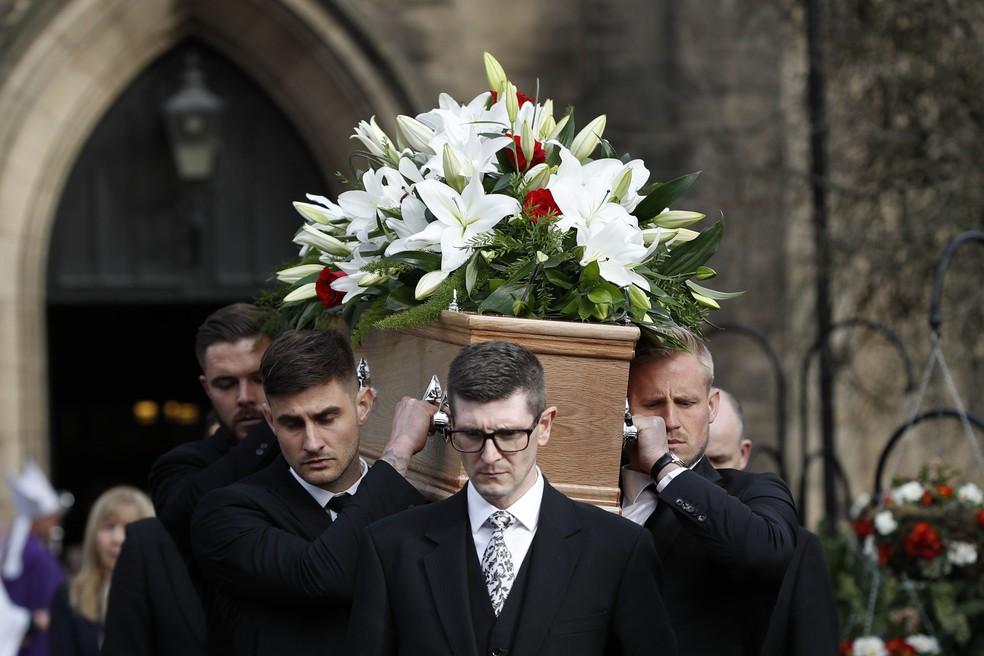 Goleiros como Kasper Schmeichel ajudou a carregar caixão com o corpo do goleiro — Foto: Getty Images