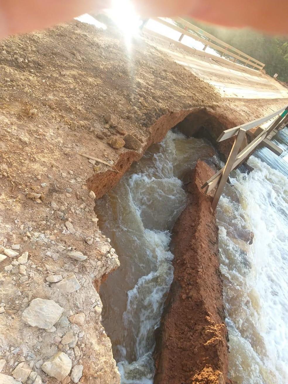 Ponte foi parcialmente destruída após chuvas — Foto: Divulgação