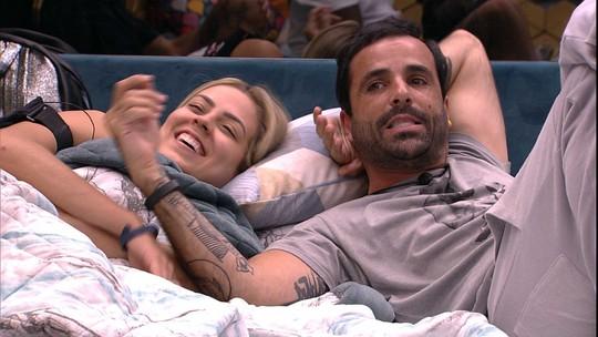 Vinicius comenta com brothers: 'Louco por uma festa'
