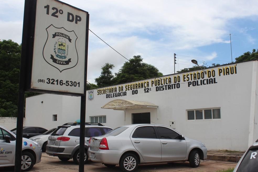 Suspeito foi levado para o 12º Distrito Policial — Foto: Catarina Costa/G1 PI