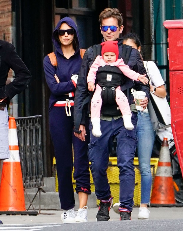 Bradley Cooper e Irina Shayk com Lea (Foto: The Grosby Group)