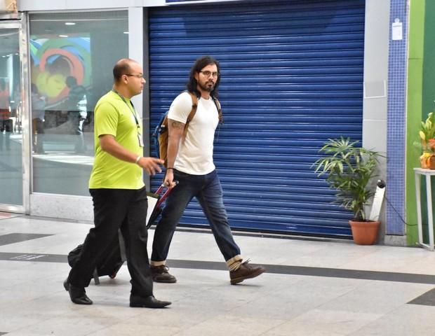 Juliano Cazarré no aeroporto de Recife (Foto: Felipe Souto Maior/Divulgação )