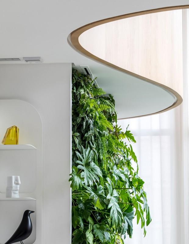Visto debaixo, o guarda-corpo emoldura jardim vertical (Foto: Fran Parente/Divulgação)