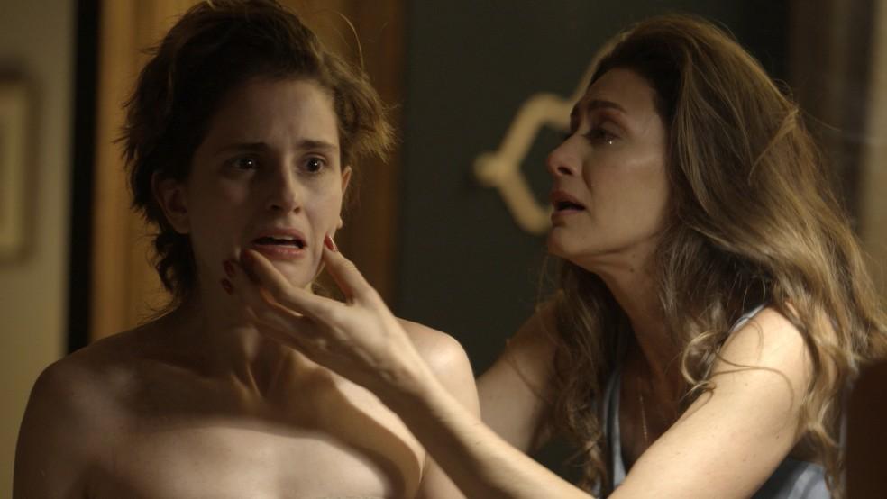 Ivana corta os cabelos e Joyce se desespera (Foto: TV Globo)