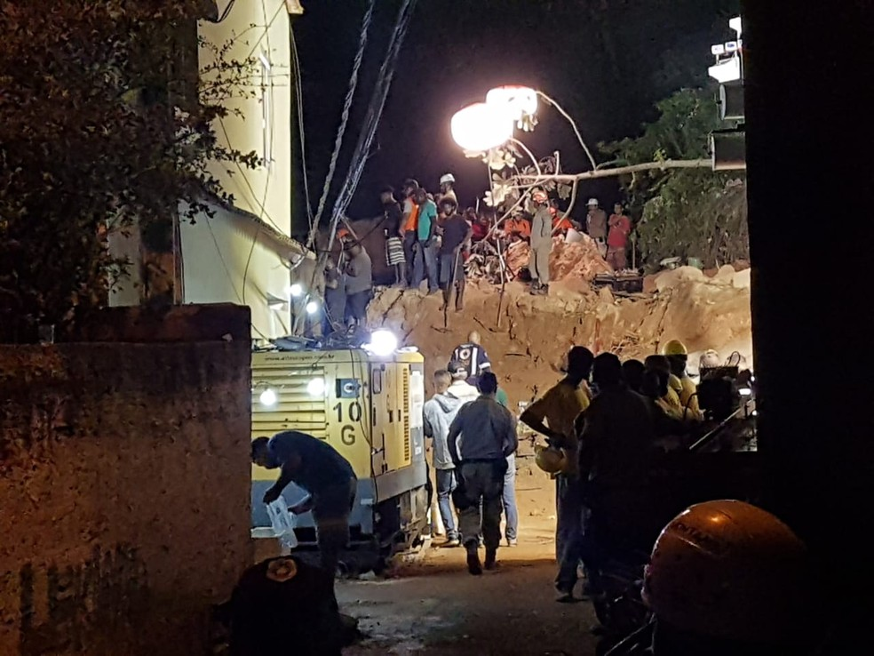 Equipes trabalham nas buscas sob os escombros em Niterói, na madrugada deste domingo (11) — Foto: Aloísio Vasconcellos/TV Globo