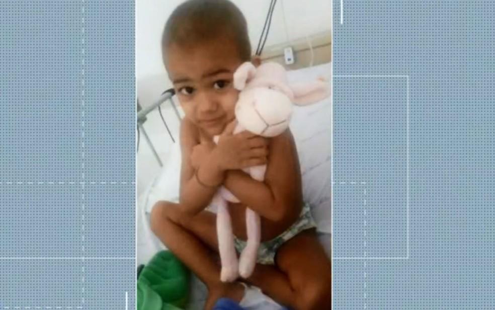 Menino de 3 anos internado com leucemia precisa de transplante de medula óssea e família não é compatível — Foto: Reprodução/TV Bahia
