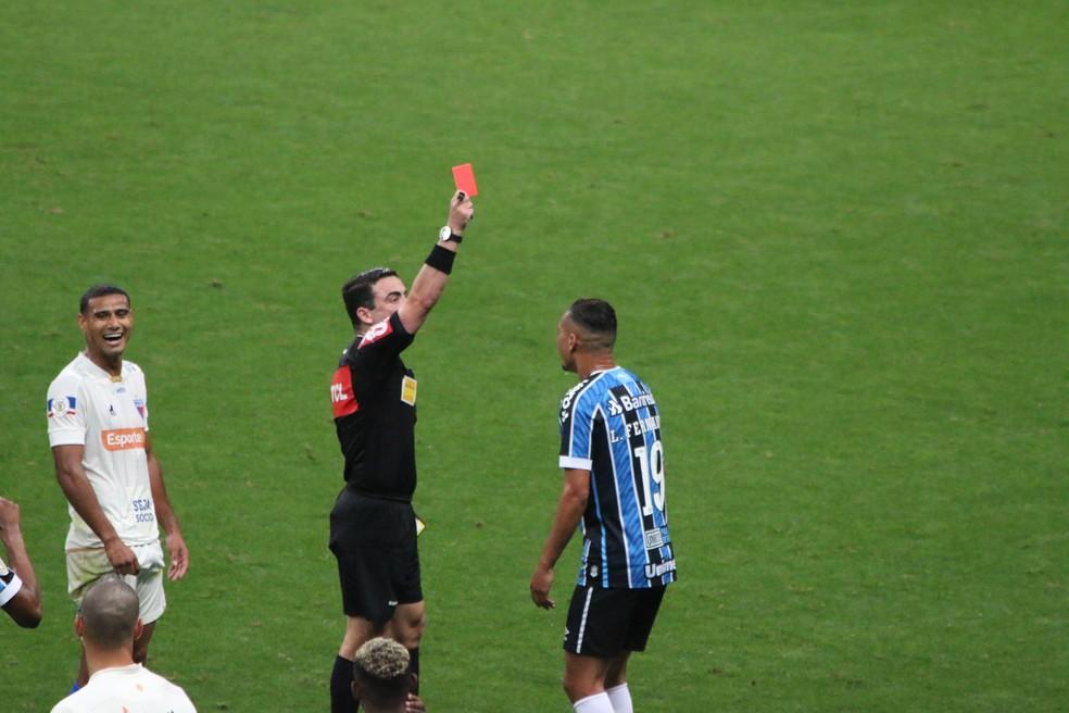 Luiz Fernando deu vida ao time, mas ficou 25 minutos só em campo — Foto: Eduardo Moura