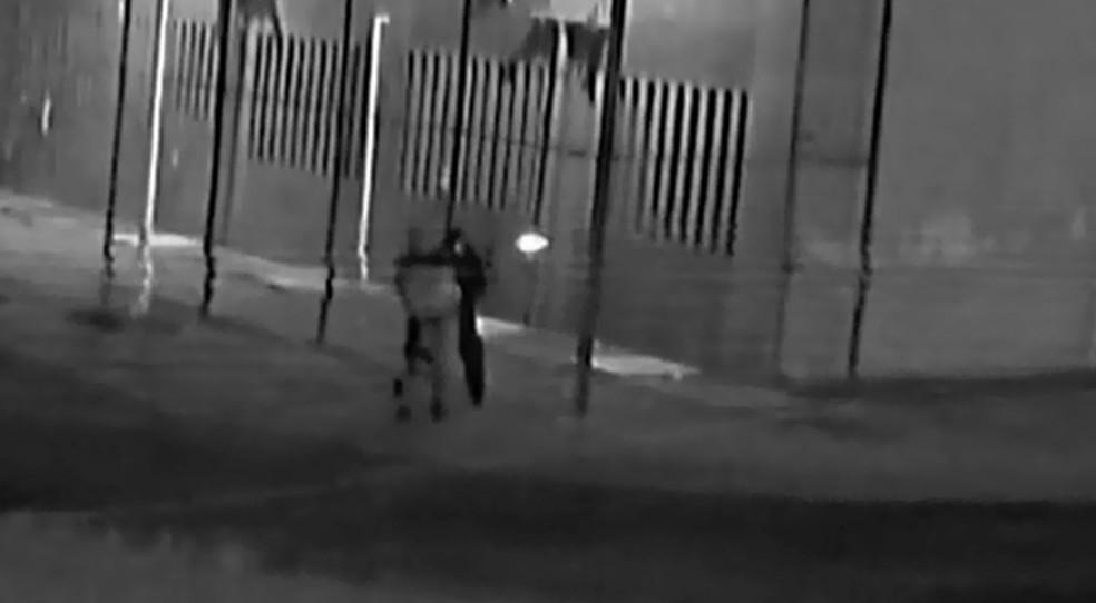 Criminosos usam fuzis para atirar contra policiais que estavam nas guaritas da Penitenciária de Piraquara durante 'resgate' de presos — Foto: Reprodução/TV Globo