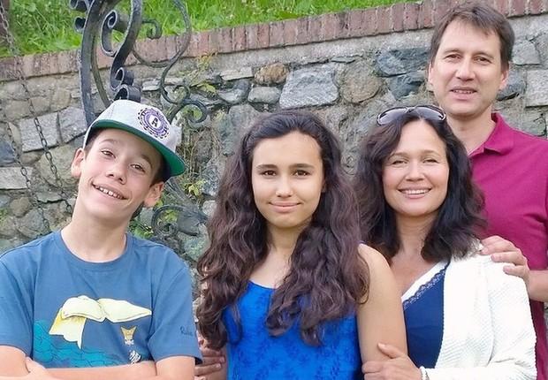 Natasha em foto com sua família; apesar de ter recebido doses de epinefrina, ela teve parada cardiorrespiratória após reação alérgica (Foto: Cortesia da família via BBC)
