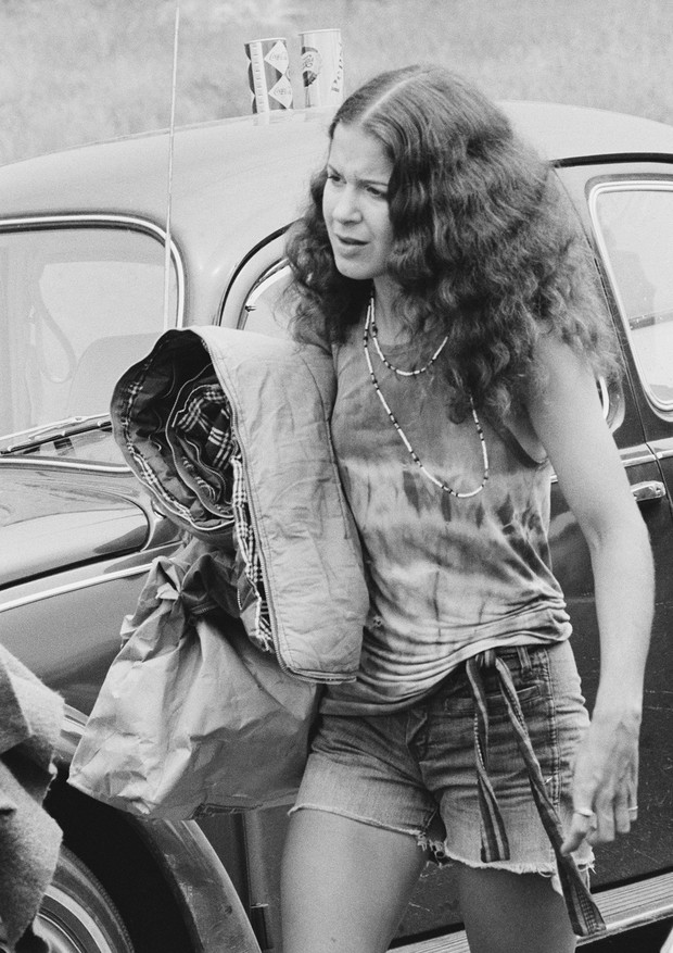 A festival-goer abandons her vehicle in a traffic jam on the way to the Woodstock Music Festival, Bethel, New York, 15th August 1969. (Photo by Archive Photos/Getty Images) (Foto: Getty Images)