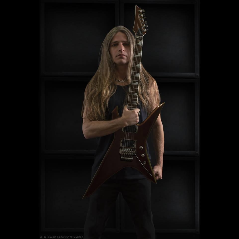 O guitarrista brasileiro E.V. Martel, novo membro do Manowar