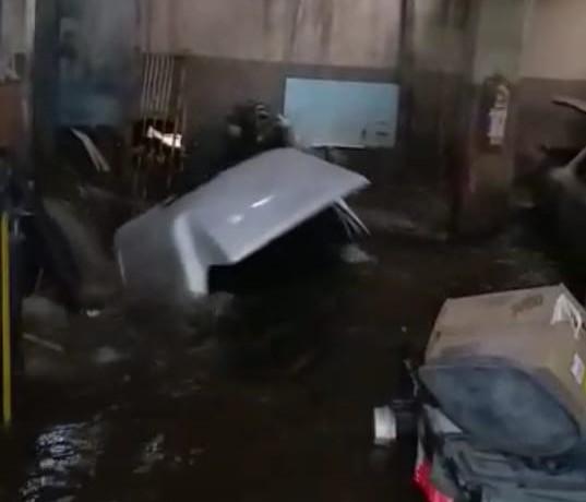 Empresário sai ileso ao ser arrastado por enxurrada e cair em tubulação após chuva alagar comércio em Bauru