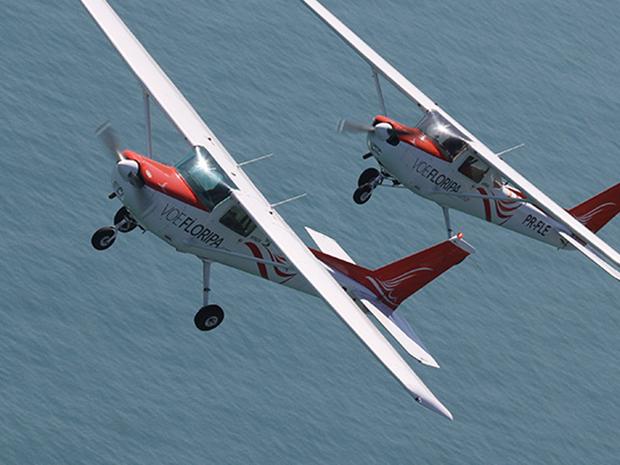 Avião atingido no sábado em Santa Catarina é o modelo Cessna 152 (Foto: Voe Floripa/Divulgação)