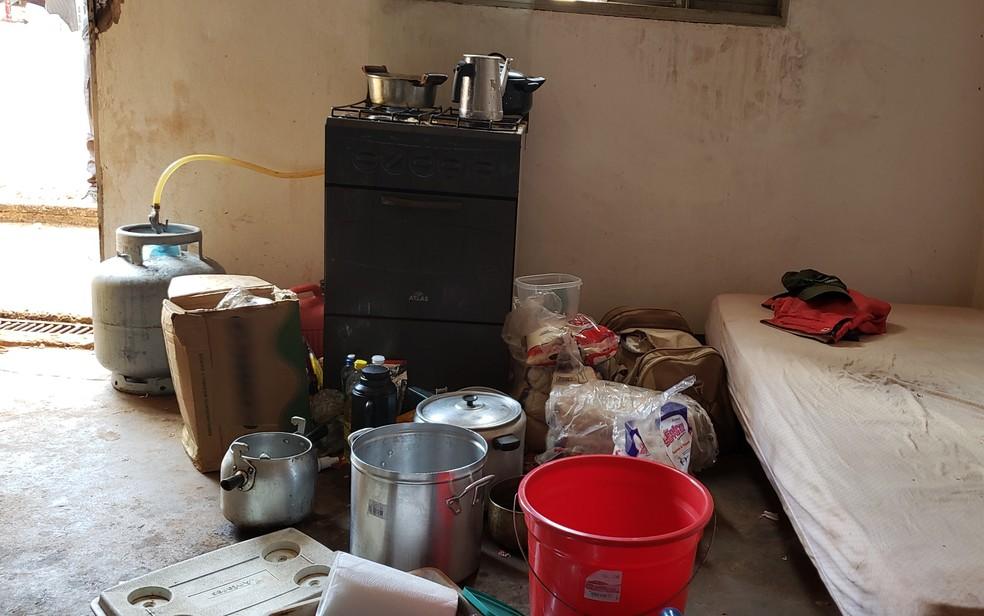 Trabalhadores dormiam no mesmo local onde eram preparadas as refeições, em Jataí  — Foto: Superintendência Regional do Trabalho em Goiás/Divulgação