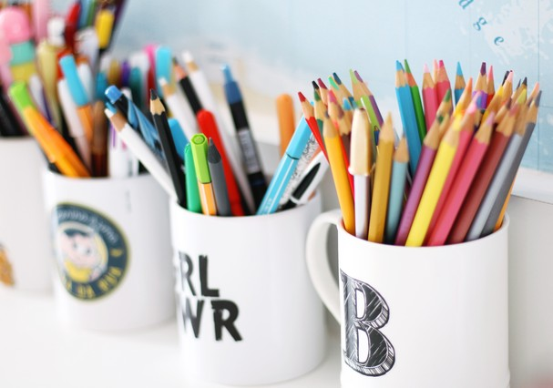 Aposte em canecas para guardar canetas e lápis... (Foto: Divulgação)