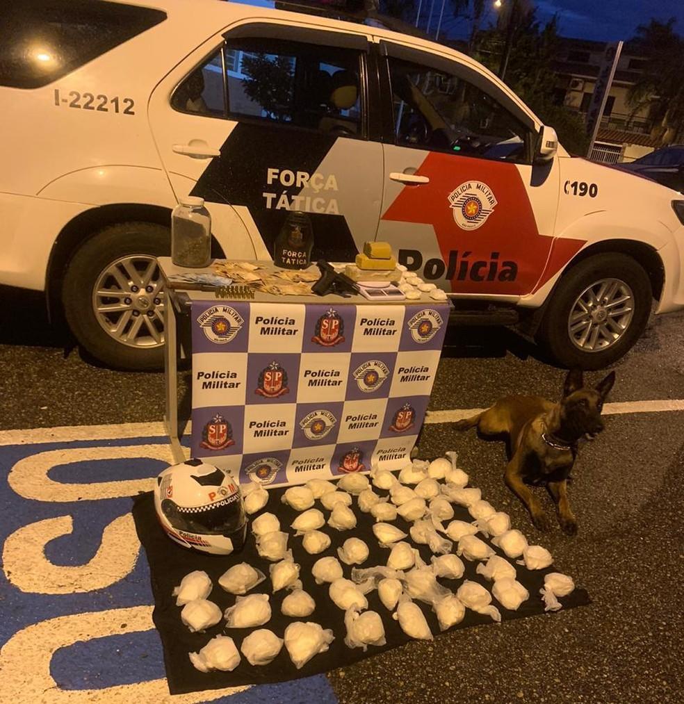 Dupla é presa após polícia encontrar centenas de porções de drogas em residência de Tatuí (SP) — Foto: Polícia Militar/Divulgação