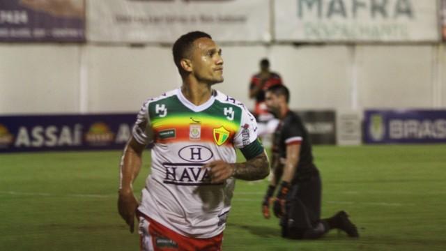 Thiago Alagoano comemora mais um gol na Série C