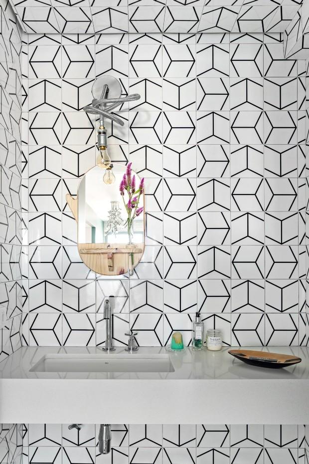 Lavabo. Foi revestido com azulejos São Paulo, da Mica Estúdio. Espelho ABC assinado pela Pedro Braga Design. Luminária Medusa, do estúdio 80e8 (Foto: Edu Castello / Editora Globo)