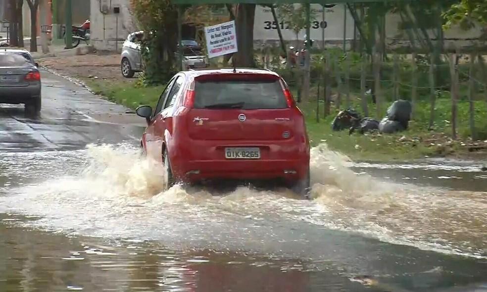 Ruas de Juazeiro do Norte ficaram alagadas após chuva de 40 milímetros (Foto: TV Verdes Mares/Reprodução)