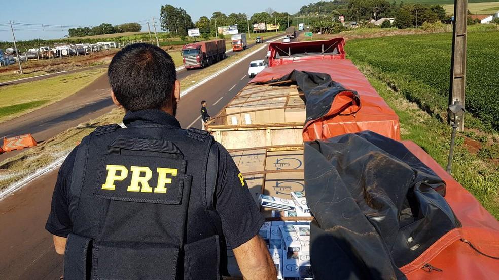 Ação da PRF que prendeu caminhoneiro transportando 600 mil carteiras de cigarro em caminhão roubado — Foto: Divulgação/PRF