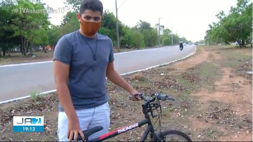 Jovem teve moto roubada e está se virando com bicicleta  — Foto: Reprodução/TV Anhanguera