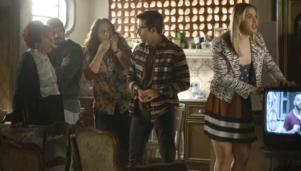 Família de Cornélia (Betty Faria) fica eufórica com notícia de prêmio milionário, em 'A Dona do Pedaço' — Foto: Globo