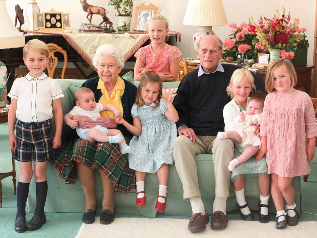 Rainha Elizabeth II e príncipe Philip posam ao lado dos bisnetos em foto de 2018. Da esquerda para a direita: príncipe George, príncipe Louis (no colo da monarca), princesa Charlotte, Savannah Philips (atrás), Isla Philips, Lena Tindall (colo) e Mia Tindall — Foto: Duquesa de Cambridge/Arquivo Pessoal