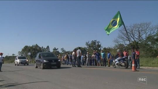 Caminhoneiros permanecem às margens das rodovias de SC em 2º dia de protesto contra alta do diesel