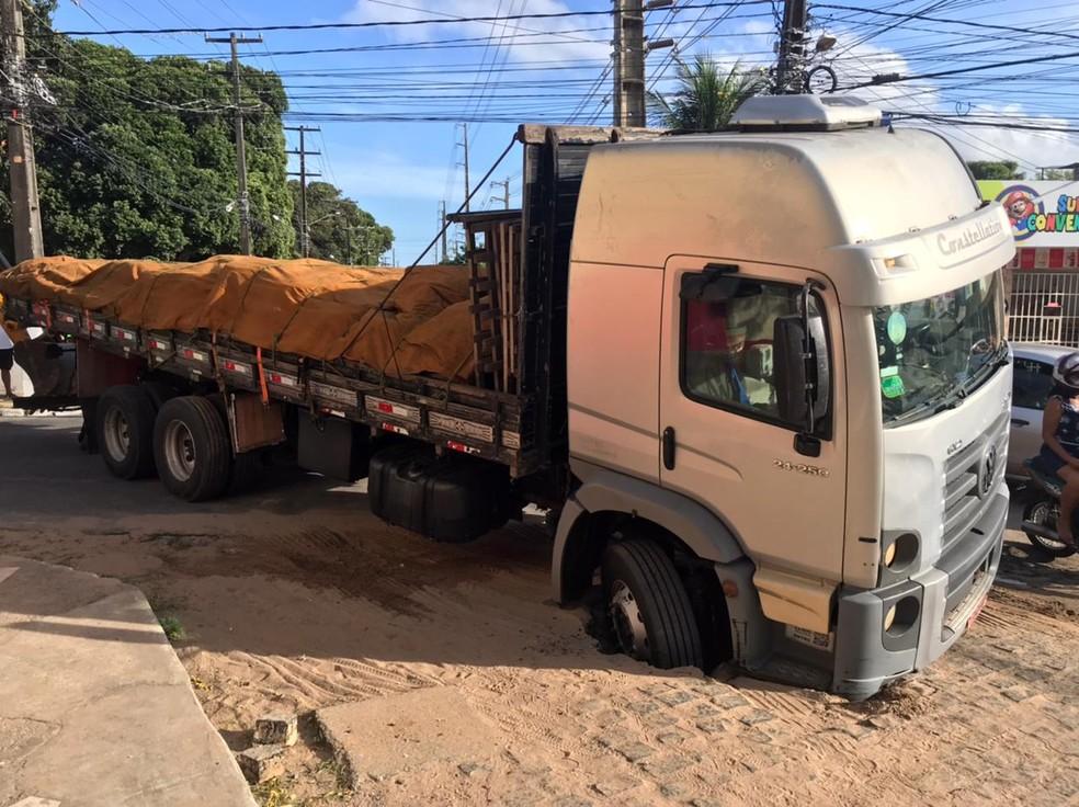 Caminhão carregado de ferro interdita avenida por cerca de uma hora após cair em buraco, em Natal — Foto: Kleber Teixeira/Inter TV Cabugi