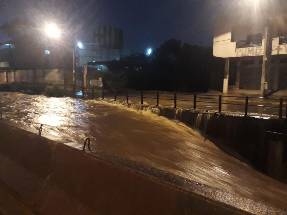 Córrego Ferrugem, na Região Oeste de Belo Horizonte, transbordou nesta quarta-feira — Foto: BHTrans/Divulgação