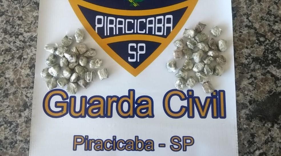 Porções de maconha encontrados com o homem em Piracicaba — Foto: Guarda Civil Municipal de Piracicaba