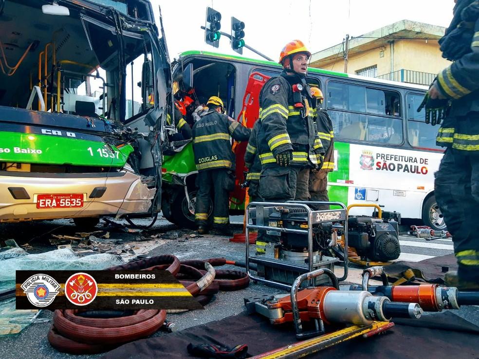 Vítimas foram socorridas a hospitais da região — Foto: Corpo de Bombeiros/Divulgação