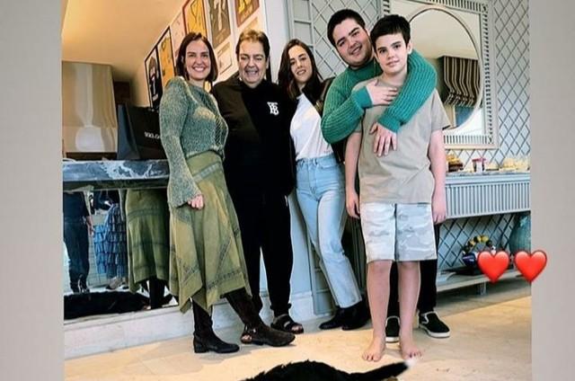 Filho de Faustão posta foto da família reunida no aniversário da mãe (Foto: Reprodução Instagram)