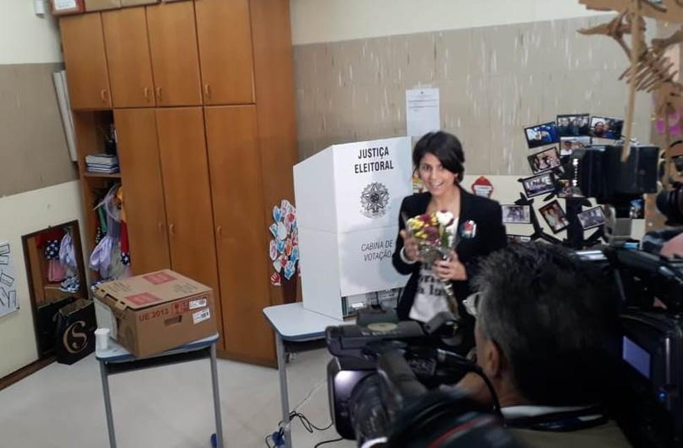 A candidata a vice-presidente, Manuela, D'Ávila, votou em escola no Nordeste — Foto: Carolina Anchieta/RBS TV