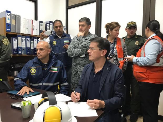 Alfredo Bocanegra, diretor da Agência de Aviação Civil da Colômbia, acompanhando o resgate na aeronave do Chapecoense (Foto: Aeronáutica Civil/reprodução)